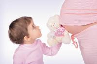 Беременная девушка и ребенок
