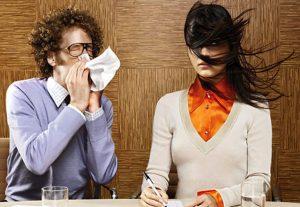 Женщина, мужчина чихает