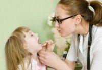 Девочку осматривает врач
