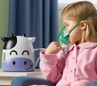 Девочка дышит через инголятор