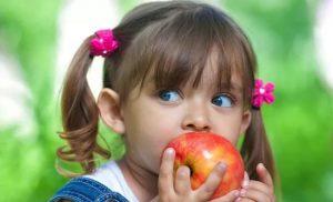 Ребенок, яблоко