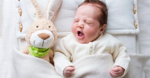 Ребенок, игрушка, кровать