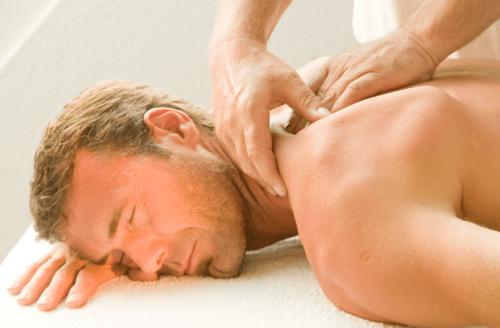 Мужчина на массаже