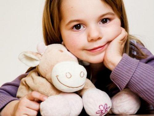 Девочка и игрушка