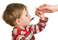 Мальчик принимает лекарство