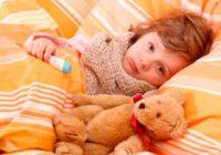 Девочка лежит в постеле
