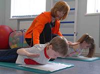 Дети занимаются физкультурой