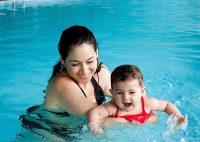Мама с ребенком в бассейне