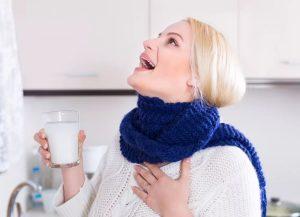 Полоскание горла, женщина