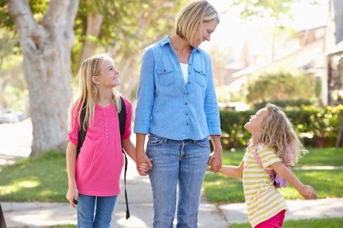 Прогулка, мать, дочери