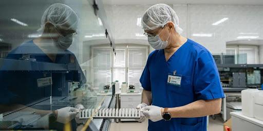 Больше 300,000 инфицированных: в каких регионах РФ ситуация с коронавирусом осложняется?